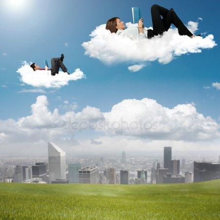 #PraCegoVer: Paisagem com pessoas lendo deitadas, flutuando em blocos de nuvens. Viajando...