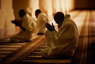 kakek tua berdoa