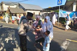 Sholat Idul Fitri 1442 H di KLU, TNI-Polri Bagikan Ribuan Masker