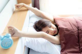 3 Kebiasaan yang Seharusnya Dihindari Saat Bangun Tidur