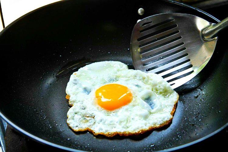Avrupa'da yumurtalar farklı şekillerde korunmaktadır, Amerika'da olduğu gibi soğutucularda muhafaza edilmemektedir.