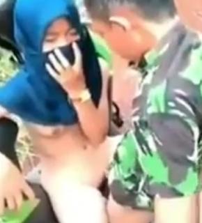 Video Cewek Jilbab Mesum di Kebun Ketahuan Disuruh Ulang