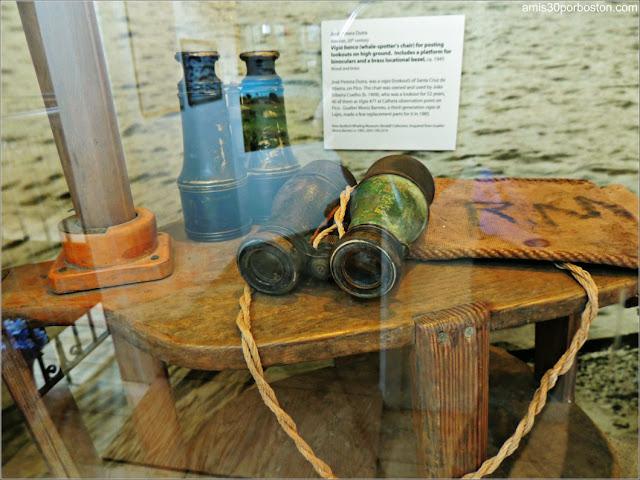 Prismáticos en la Torre Vigilancia en el Azorean Whaleman Gallery del Museo de las Ballenas de New Bedford