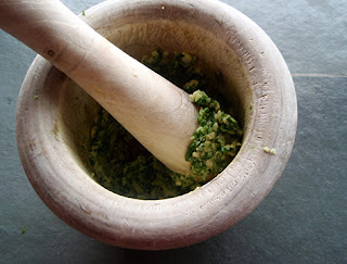 Ingredientes para el mojo majados en el mortero