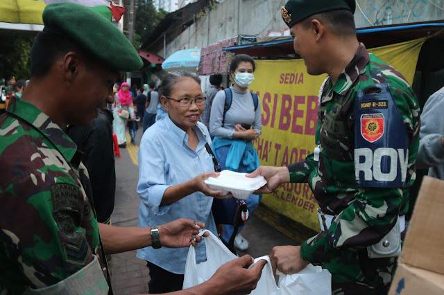 Anggota Yonif 323 Kostrad Bagikan Takjil Gratis Kepada Warga di Palmerah