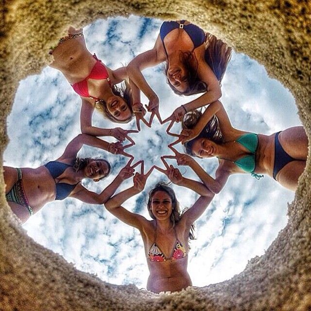 Awesome photo concept with friends at the beach. #beach #friends #picture #ideas