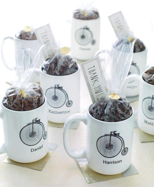 kawa prezent dla gości weselnych, kubek z imieniem podziękowania dla gości