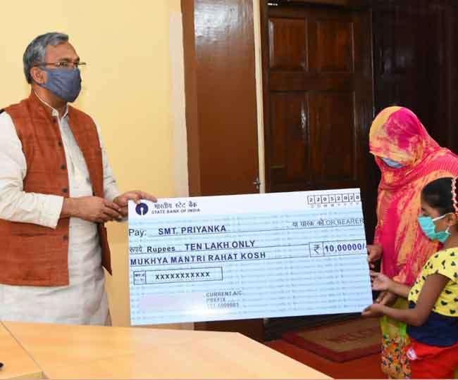 कोरोना वारियर स्व0  संजय गुर्जर की पत्नी को सीएम राहत कोष से सीएम  ने दिए दस लाख रुपए