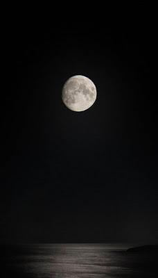 صورة قمر لون اسود