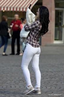 Morena bonita pantalon blanco apretado buen trasero