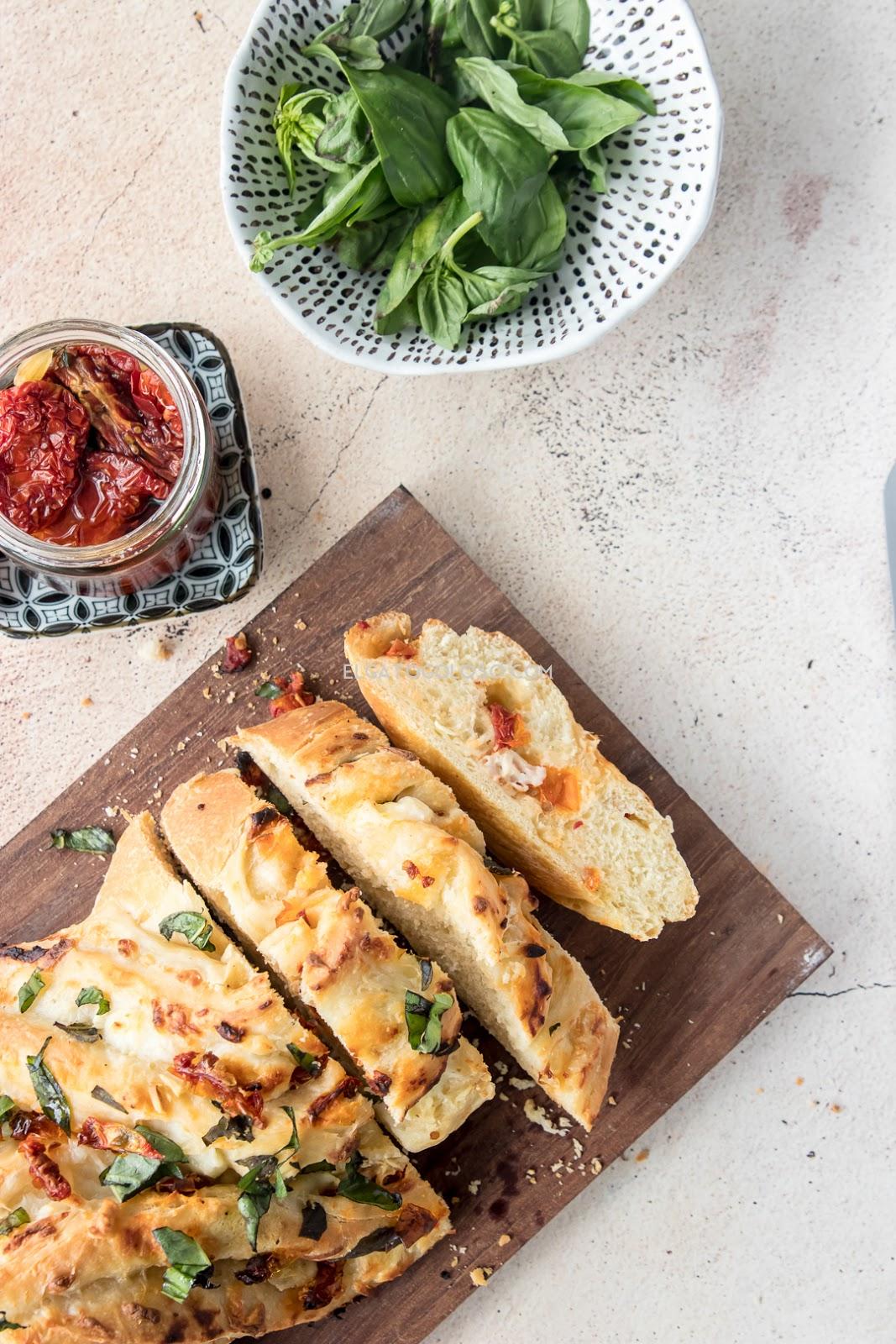 pane bianco co queso tomates secos ajo y albahaca via elgatogoloso.com