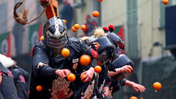 Ιταλία: Καρναβάλι σημαίνει «πορτοκαλοπόλεμος» (βίντεο)