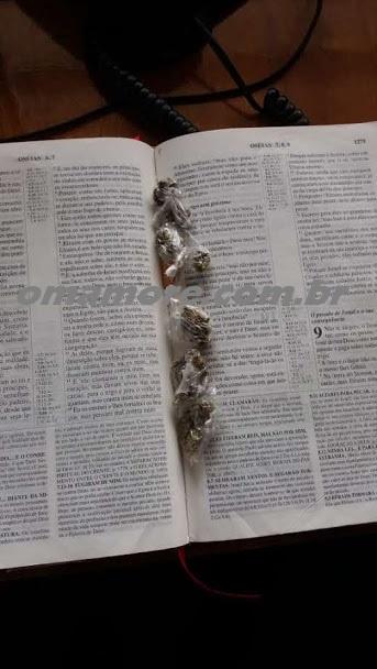 Apenado tenta entrar em presídio com bíblia recheada de droga