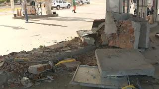 Grupo usa caminhão para derrubar parede e roubar cofre de posto de combustível