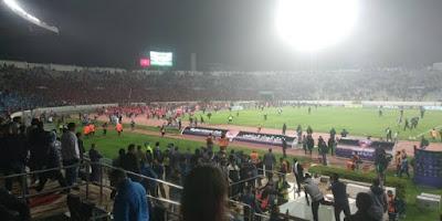 المناوشات بين أنصار الوداد و الرجاء بعد نهاية المباراة والشرطة يتدخل…