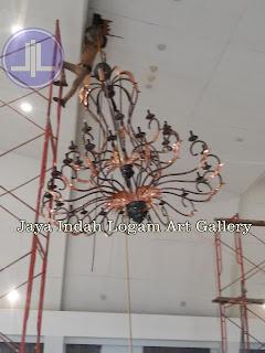 Kerajinan lampu robyong tembaga Jaya Indah Logam Art Gallery. Lampu Gantung Robyong Tembaga dengan desain sangat mewah. lampu robyong berukuran besar ini dibuat dari bahan logam tembaga, lampu gantung tembaga ini sangat kuat karena menggunakan kerangka besi pada bagian dalam lampu tembaga tersebut, untuk pewarnaan lampu robyong tembaga ini dengan cara di oksidasi warna hitam semua setelah itu dipolis mengkilap pada bagian ukiran-ukirannya. Lampu robyong tembaga ini sangat cocok sebagai penghias yang gantungkan di interior maupun eksterior rumah anda atau juga bisa untuk loby-loby hotel, dsb. │lampu gantung tembaga1│lampu gantung tembaga2│lampugantung tembaga3│lampu gantung tembaga4│lampu robyong tembaga│lampu robyong2│lampu gantung minimalis│lampu tembaga│lampu kuningan│kerajinan logam tembaga kuningan│kerajinan ukir tembaga dan kuningan│tembaga1 kuningan1│logam │KERAJINAN UKIR TEMBAGA DAN KUNINGAN│LAMPU│WASTAFEL│MINIMALIS│RELIEF KUNINGAN│RELIEF TEMBAGA│INDOCRAFTER JAYA INDAH LOGAM│KERAJINAN & SOUVENIR│LAMPU HIAS MINIMALIS│LAMPU TAMAN │LAMPU DINDING│LAMPU TAMAN│TEMBAGA│KUNINGAN│LAMPU STAND│STANDING LAMP│LAMPU MEJA│TABLE LAMP│KALIGRAFI TEMBAGA, KUNINGAN│ DEKORASI INTERIOR LAMPU HIAS│PUSAT LAMPU HIAS│lampu dinding kuningan tembaga│kerajinan tembaga│kerajinan kuningan │copper pendant lamp│minimalis lamp│ brass pendant│copper brass lighting│COPPER AND BRASS HANDICRAFT│