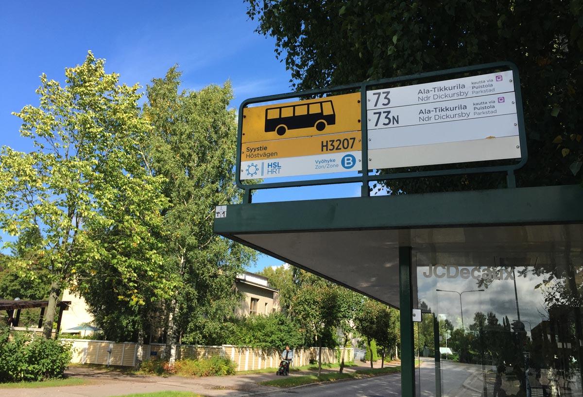 Syystien bussipysäkki kesän viimeisenä päivänä.