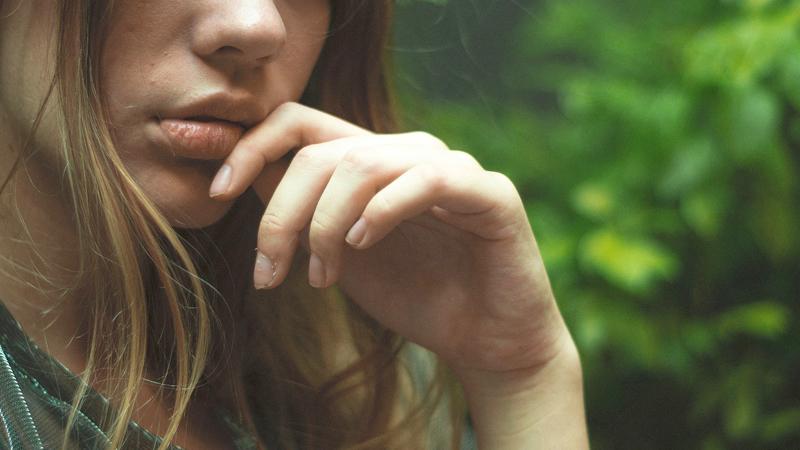 Cara Mengatasi Bibir Kering, Pecah - pecah dan Mengelupas Secara Alami dan Cepat