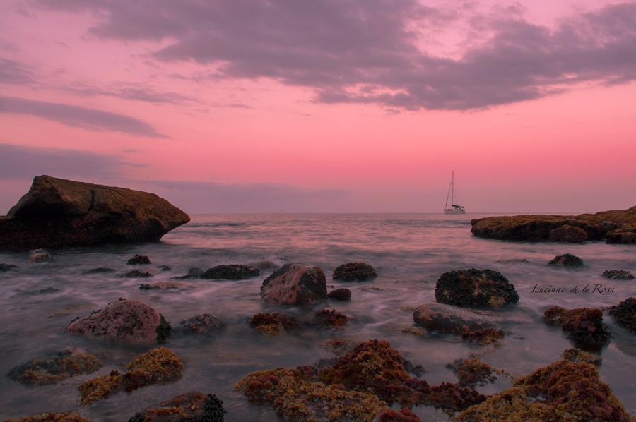 Atardecer en el Porís de Abona con velero en el mar. Arico