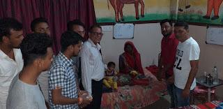 मरीजों के बीच में मनाया जन्मदिन साथ मे आंगनवाड़ी कार्यकर्ताओं ने बेटी बचाव का दिया संदेश