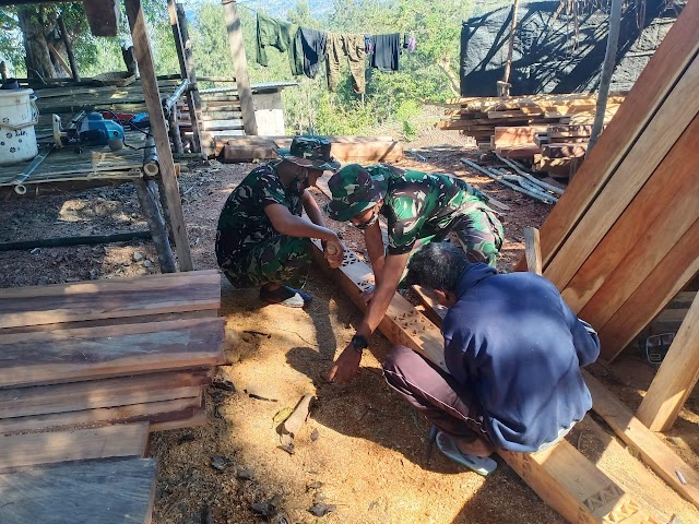 Pos TNI di Nananoe Gotong Royong Pembangunan Rumah Adat.