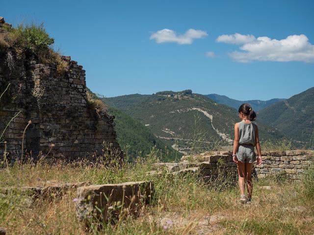 Niña asomada a las ruinas del castillo de Boltaña (Huesca)