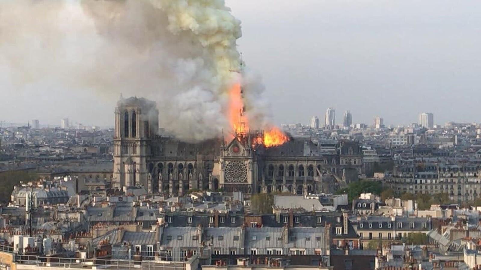 Espectacular y conmovedor, así fue el incendio de la catedral francesa / EL ESPAÑOL