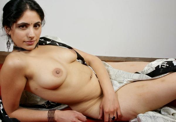 hot nude bhabhi,leti hui nangi bhabhi