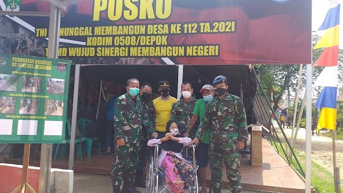 HUT TNI Ke-76. Satgas TMMD Serahkan Bantuan Kursi Roda