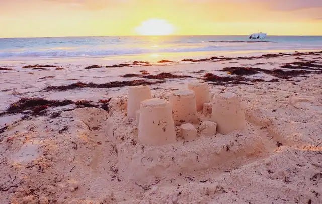 aprende ingles playa castillo de arena puesta de sol