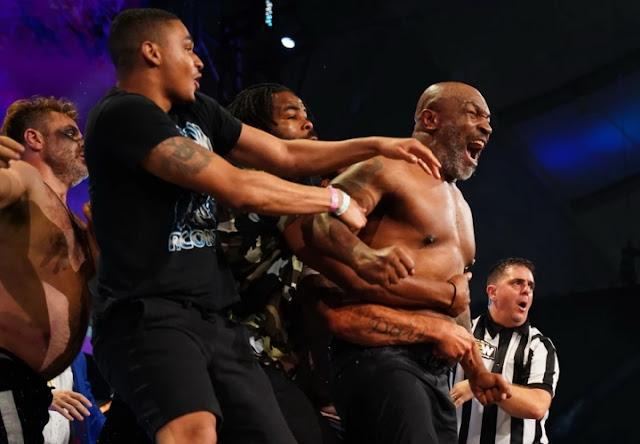 بالفيديو ... الملاكم العالمي ''مايك تايسون'' يقطع رأس منافسه ويلتهم أذنه !