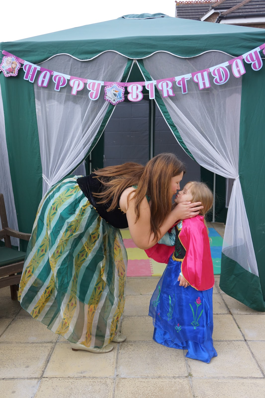 mum and daughter dressed as frozen Anna