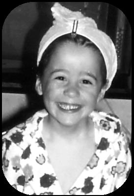 Kleine Astrid mit großem Grinsen im Marienkäfer-Bademantel | Arthurs Tochter Kocht von Astrid Paul