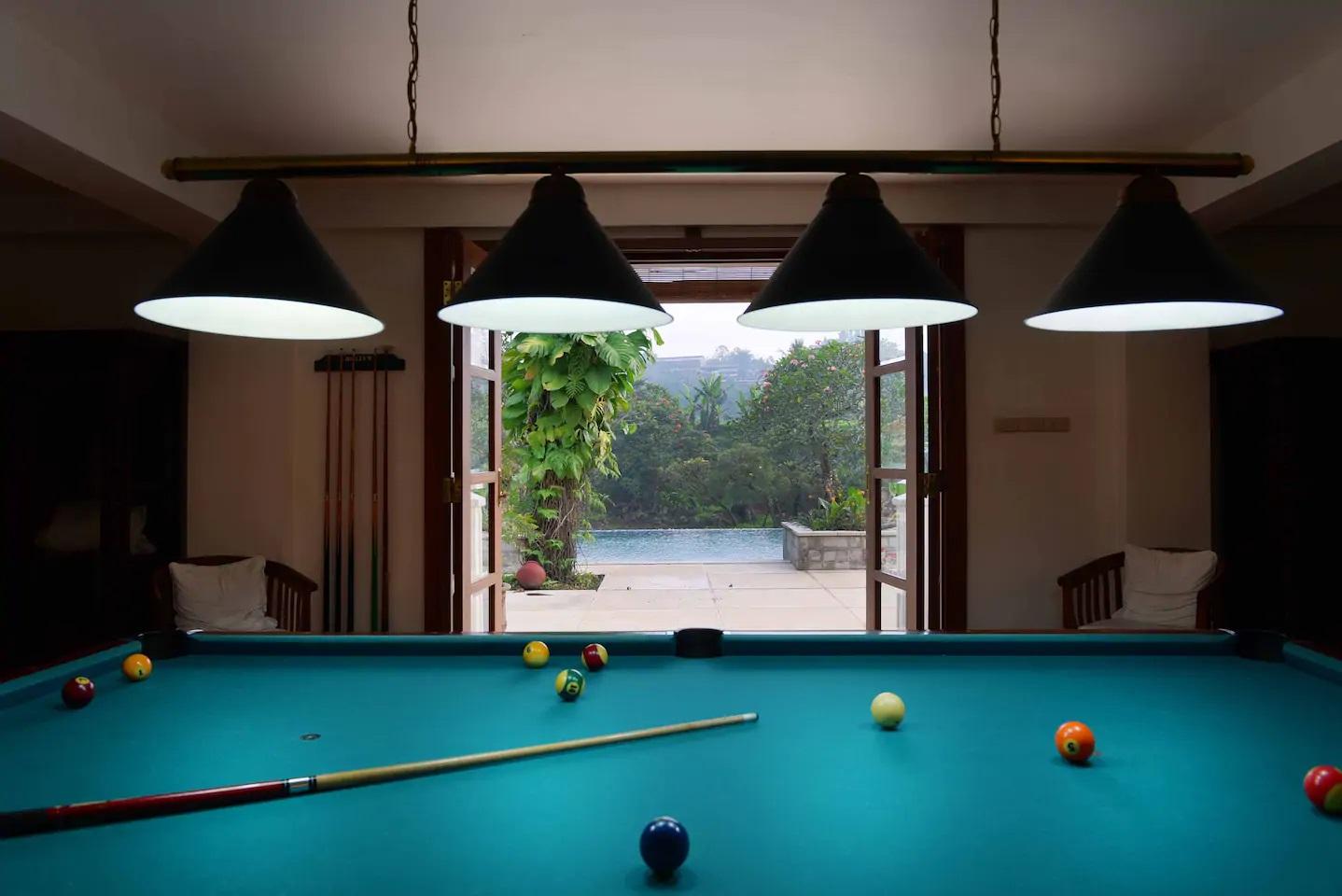 sewa villa ada meja billiard di puncak bogor