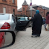 """صورة لـ """" محجبة تنتظر أمام مؤسسة خيرية بالقرب من سيارة فارهة """" تنتشر على نحو واسع وسط أجواء كراهية .. و المؤسسة توضح و تكشف الحقيقة !"""
