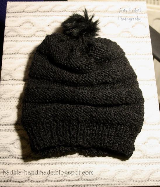 644. Czarna czapka z pomponem