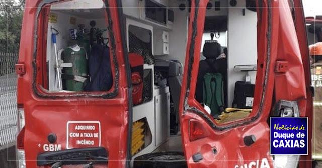 Engavetamento atinge ambulância do Corpo de Bombeiros deixa 7 feridos em Duque de Caxias