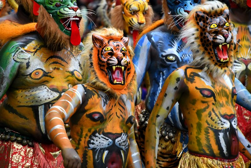 Puli Kali - artists with some major body paint skills will now grace your view, painted as tigers and hunters, synchronizing their dances to the beats of the local percussionists.
