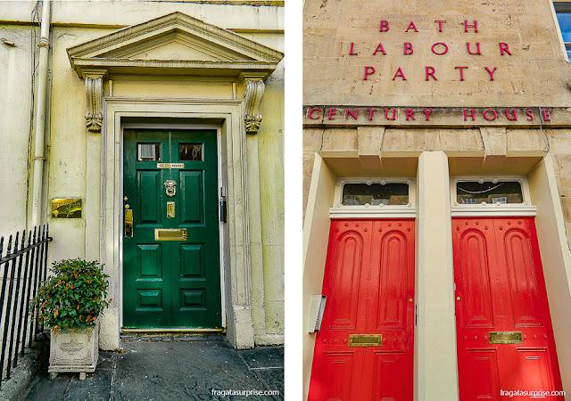 Portas colordas típicas do estilo georgiano em Bath, Inglaterraa