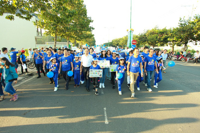 Hàng nghìn em học sinh tiểu học sôi động trong vũ điệu đội mũ bảo hiểm - Ảnh 4.
