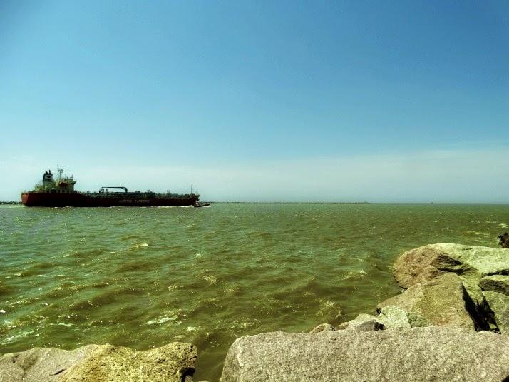 Navio visto do Molhes da Barra de Rio Grande