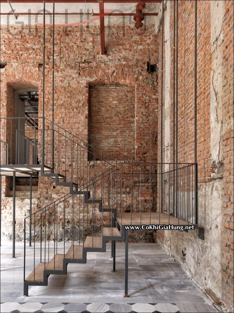 Mẫu cầu thang sắt CK620 tuyệt đẹp với bậc đi làm bằng gỗ