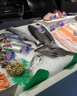 Banco del pesce al Mercado de San Anton