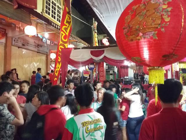 Ribuan Masyarakat memadati Imlek fair 2016 pada malam hari di Pematangsiantar