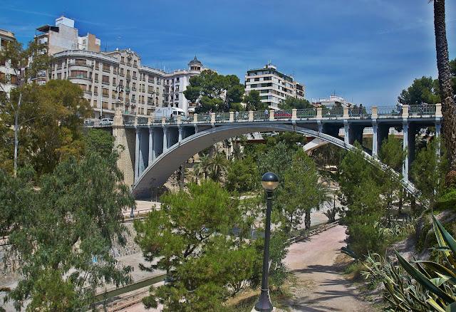 mosty w Elche nad rzeką w centrum miasta