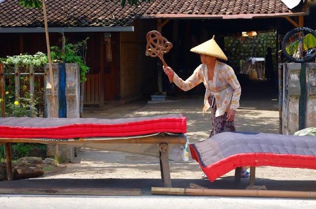 tradisi mepe kasur banyuwangi