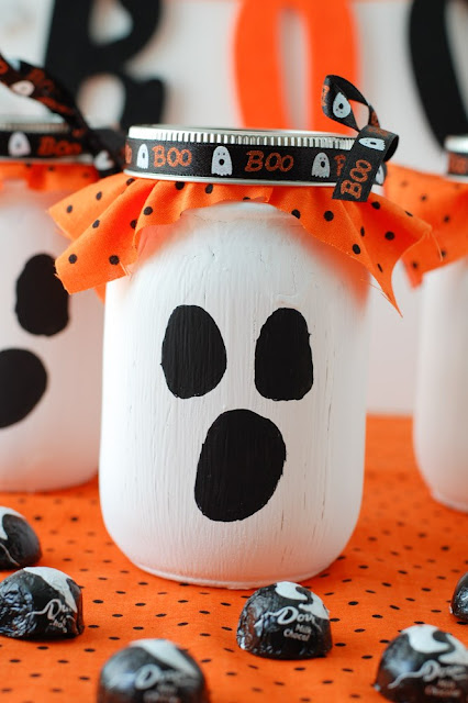25 awesome ways to use mason jar on Halloween. Best Halloween Mason jar craft ideas. Halloween Mason jar ghost candy gift ideas. Mason jar decoration ideas for treat and candy. Halloween decorative Mason jar. Halloween Mason jar gift ideas. Mason jar for gifts and decoration.