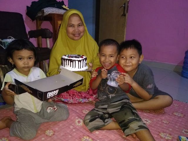 Foto bersama sepupu hafizh di hari ulang tahun yang ke 34 mahgfirah