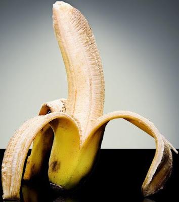 Foto de una banana parado a mitad de pelar