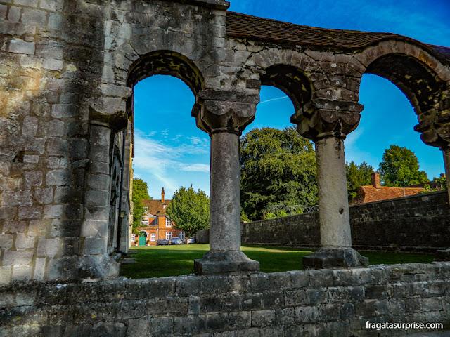 As ruínas de um claustro medieval em The Close, Winchester, Inglaterra